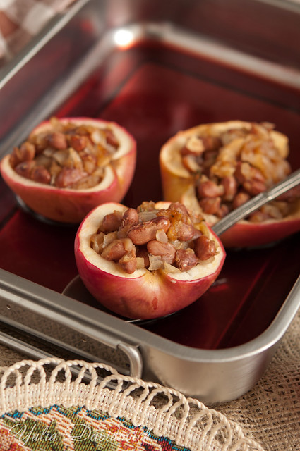 Baked apples with beans