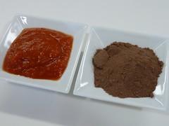 Dos cicharadas de tomate frito y dos cucharaditas de cacao en polvo
