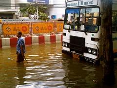曼谷市區的巴士被洪水所困,2011年10月25日。(Pailin_C攝影)