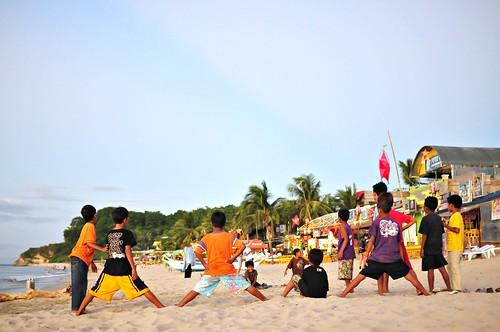 Niños jugando en White Beach