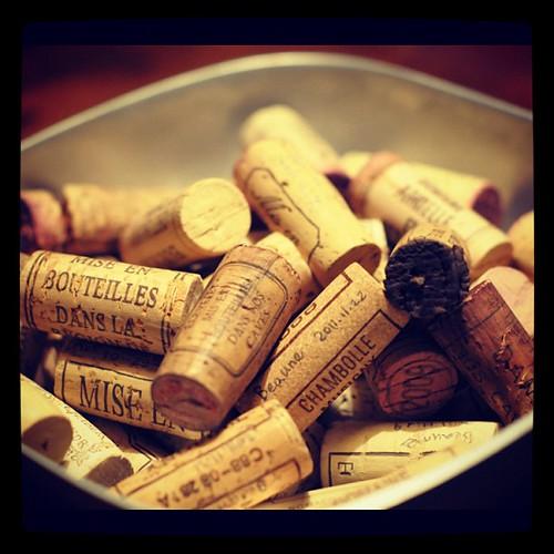 於勃根地各酒鄉,和里昂,旅行一個多月以來,在旅館和公寓內,倆人所喝掉之葡萄酒的軟木塞,大集合。
