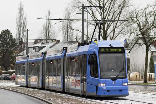 Als einer der ersten Wagen für den Publikumsverkehr fährt 2210 Richtung St. Emmeram.