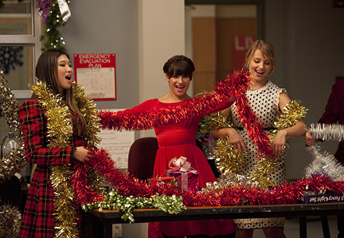 Tina (Jenna Ushkowitz, L), Rachel (Lea Michele, C) and Quinn (Dianna Agron, R) perform in the