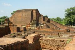 Die Stupa des Buddha-Schülers Sariputta in der Ruinenstadt Nalanda, Bihar, Indien. Nalanda beherbergte die größte buddhistische Universität (Gründung 5. Jh) sowie eine riesige Bibliothek. Damit gilt sie als eines <br/>der größten Lehrzentren der antiken Welt; Photo: Sarah Jamerson / flickr