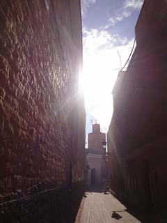 Mesquita numa ruela da Medina de Marrakech