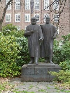 erstes deutsches Marx-Engels-Denkmal 1957 Platz Odf -von  Walter Howard _001