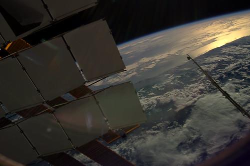 We vliegen met 28.000 km/uur, 8 km/sec, op 400 km boven het oppervlak. In 90 minuten rond.