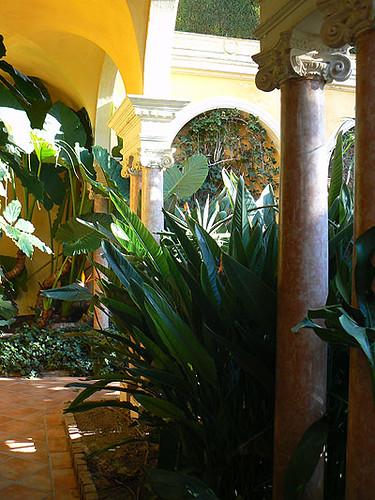 à l'ombre des colonnades.jpg