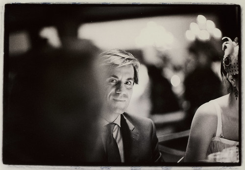 Hombre en fiesta de boda - Edward Olive - servicios de fotografía para bodas by Edward Olive Fotografo de boda Madrid Barcelona