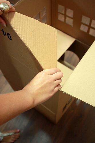 Faça um playground para gatos com caixas de papelão