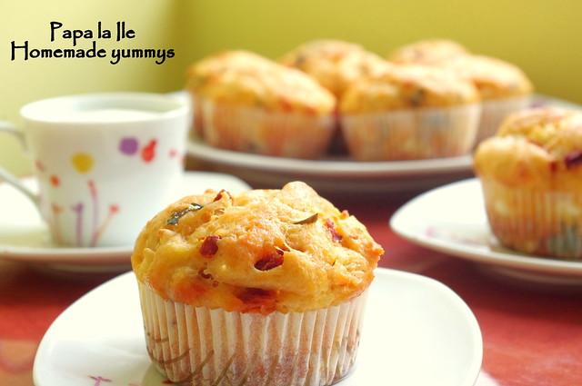 Muffins cu rosii uscate, branza de capra si busuioc (1)