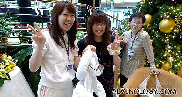 Muiee made friends with these two Japanese girls during the towel-folding class