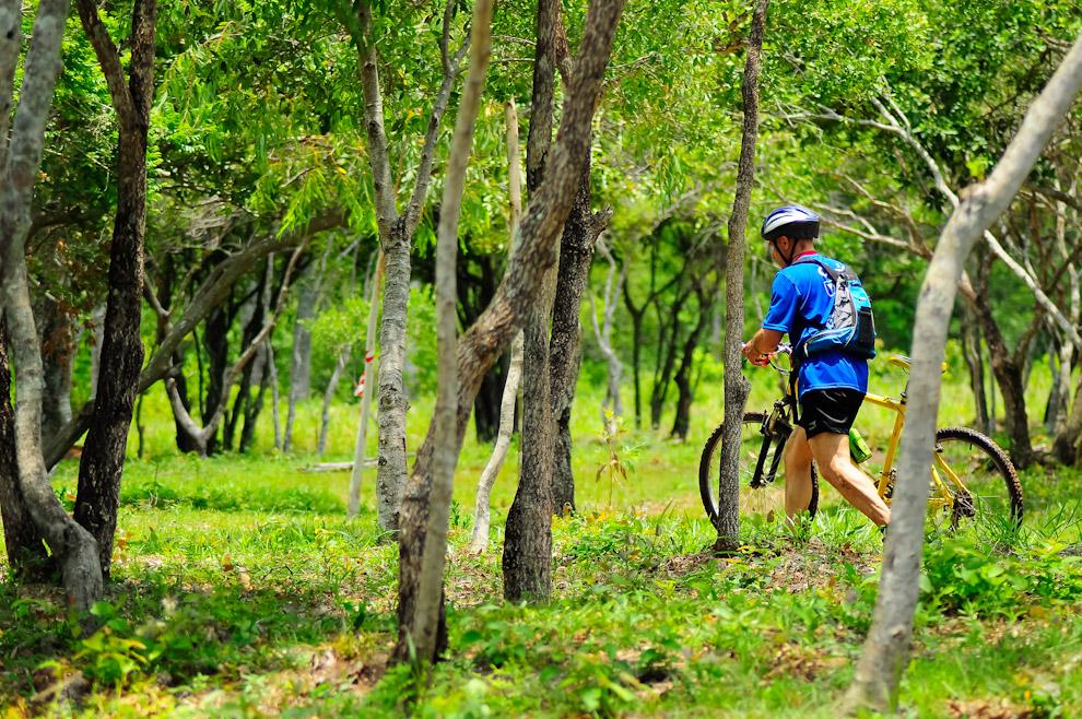 Un competidor descansa a pie mientras atraviesa los campos de la compañía Itá Moroti-í de Piribebuy, un ecosistema muy rico y fresco, ideal para este tipo de emprendimientos. (Elton Núñez)
