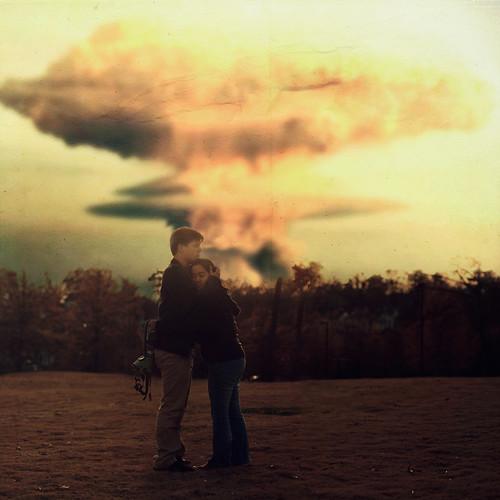 [フリー画像素材] グラフィック, フォトレタッチ, カップル, 抱き合う, 原子爆弾, 爆発 ID:201112132200