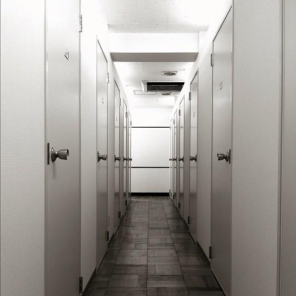 トランクルームって、生活の匂いは無いのに扉が沢山あるし、でも廃墟でもないし、なかなか面白い空間だよね。