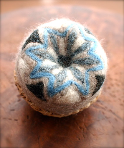 Felting Geometric Pincussion with Raffia Basket by natsuko.m