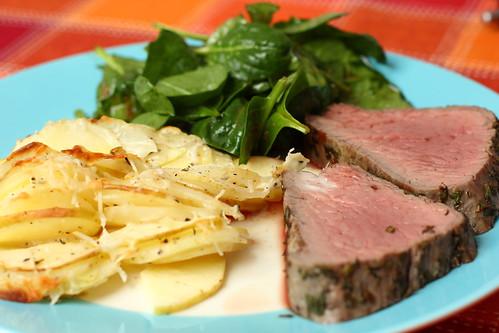 Rinderfilet mit Kartoffel-Apfel-Gratin und Spinatsalat