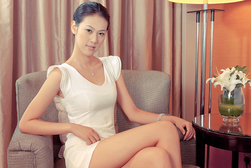 [フリー画像素材] 人物, 女性 - アジア, 女性 - 座る, ワンピース・ドレス, 中国人 ID:201201290200
