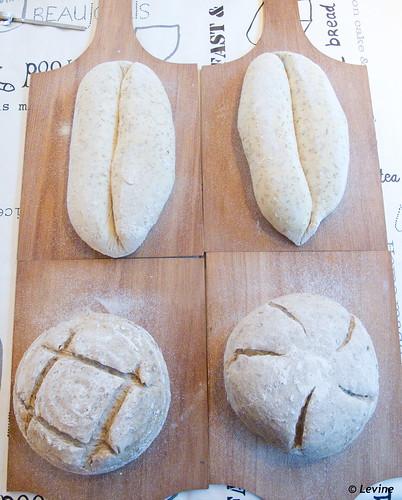 Semolinabrood in de vorm van een pain fendu en zuurdesembrood met zonnebloempitten