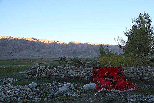 タシュクルガン、湿地帯と赤いカーペット