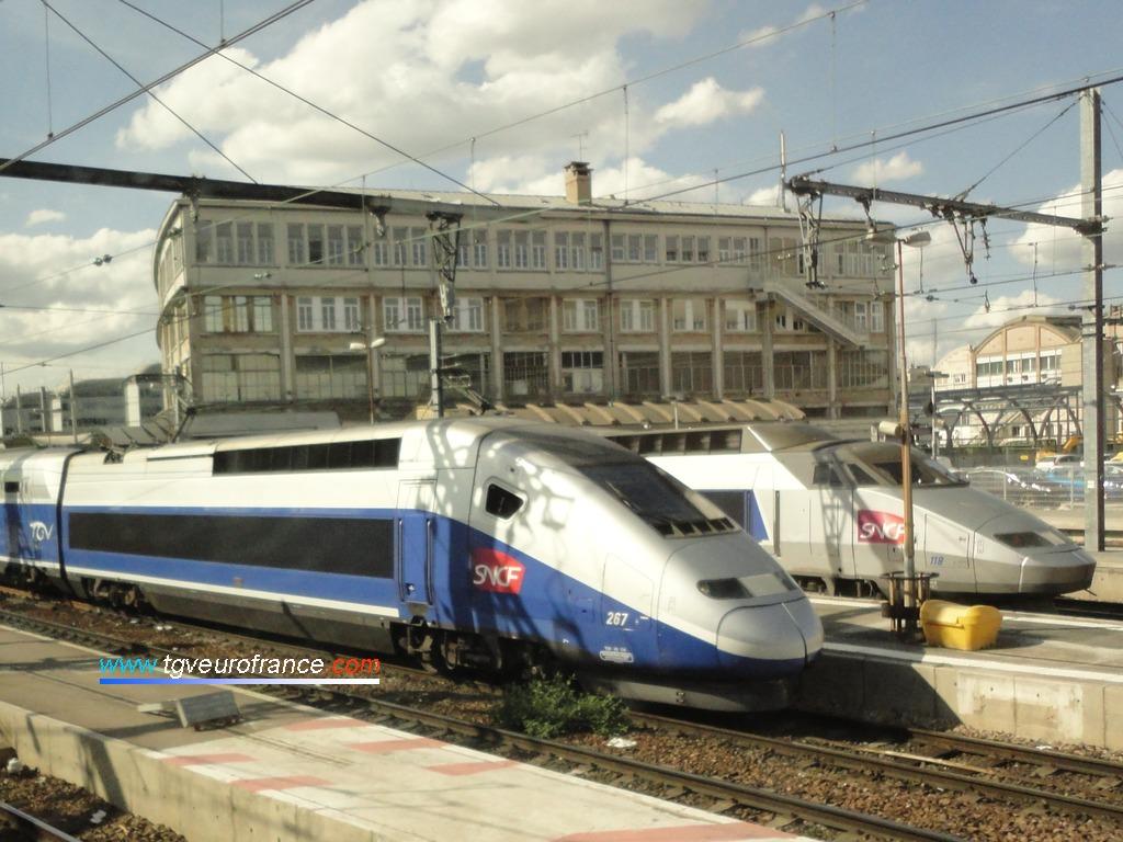 Le TGV Duplex 267 et le TGV Sud-Est Lyria 118 à quai à Paris Gare de Lyon