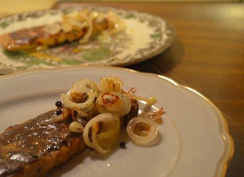 E voilà das vegane Steak fertig gebraten mit Zwiebeln und Pfefferkörner