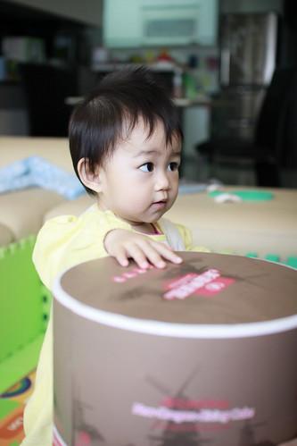 小幸福不滿地拍打蛋糕