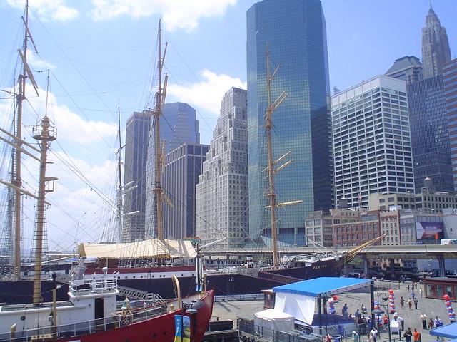 Foto vista del South Street Seaport y Pier 17 en el Downtown Manhattan de Nueva York EE.UU.