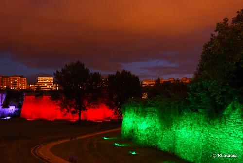 Vista de parte de la Ciudadela con iluminación especial durante el verano. Al fondo el Baluarte de Santiago y en primer plano el Revellín de Santa Ana.