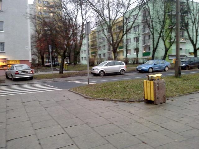 Skrzyżowanie Obywatelska/Rejtana. Inteligentny inaczej kierowca postanowił sobie zaparkować na przejściu dla pieszych. Inni też parkują niezgodnie z przepisami.