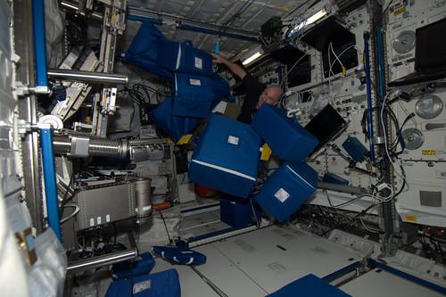 Spullen verzamelen voor een experiment, SODI. Probeer al die zwevende dozen en inhoud maar onder controle te houden.