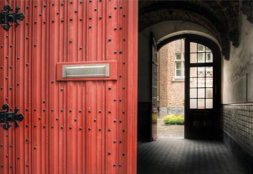 Red door. Brugges. Puerta roja. Brujas