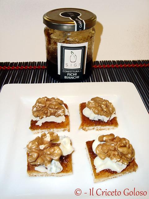 Crostini con gorgonzola, noci e confettura di fichi bianchi