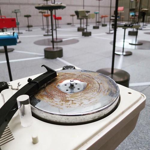 ひとつひとつが、それぞれ違う音を奏でる。レコードではなく、あくまで物質が奏でる音。オンとオフがプログラムされてる。 #MOT #現代美術館