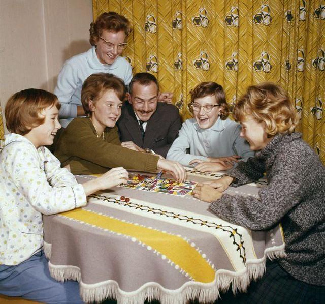 Gezin speelt ganzenbord / Family enjoying each other's company