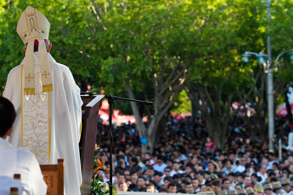 Durante la homilía en la misa central de Caacupé, el Monseñor Claudio Giménez habló sobre los festejos del Bicentenario de la República del pasado mes de mayo. Se hizo inventario de estos 200 años como nación, y la balanza se inclinó hacia lo positivo sin negar nuestros muchos errores y desatinos, por los cuales paraguayos crecieron en identidad país, y en un raro pero cierto amor ciudadano, resaltó el Monseñor. (Tetsu Espósito)