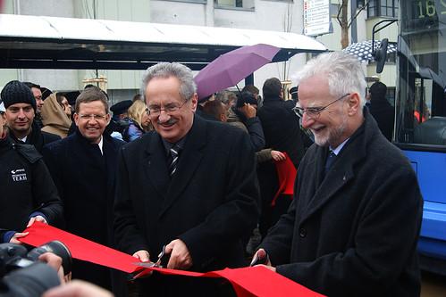 Oberbürgermeister Christian Ude und MVG-Chef Herbert König schneiden zur Eröffnung das Band durch — aufgrund des Regens eine Stunde früher als geplant (Bild: Christopher Kremser)