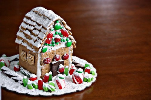Zefir Buzlanma ile Graham Cracker Gingerbread House