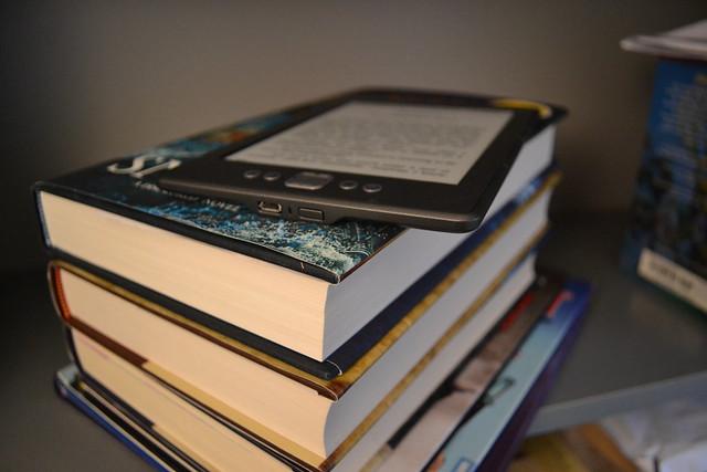 el kindle junto a los libros