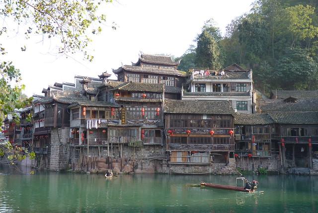 沱江の両岸に広がる中国で最も美しいノスタルジックな古街「鳳凰」