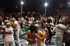 Ballant tango al quiosc de la plaça