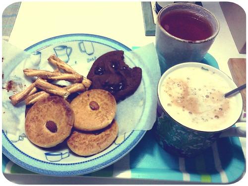 早午餐 ::: 吃剩的餅乾+熱咖啡+冷掉的紅茶 by 南南風_e l a i n e