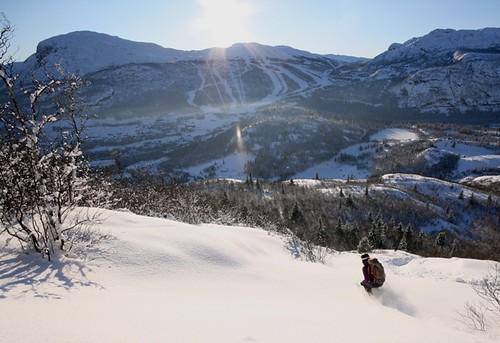 Ida Siem legger fine spor ned Rustehaugnosi, Hemsedal skisenter i skyggen. Foto Jørgen Aamot