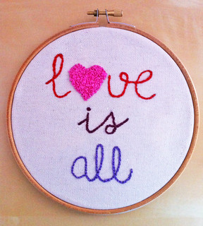 "Bastidor bordado ""Love is all"""