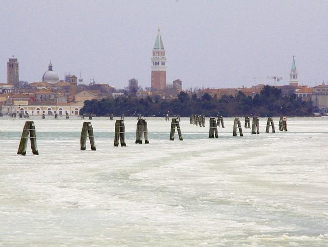 Venezia vista dalla laguna ghiacciata