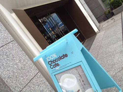 入り口は水色の看板が目印です。@100% Chocolate Cafe.