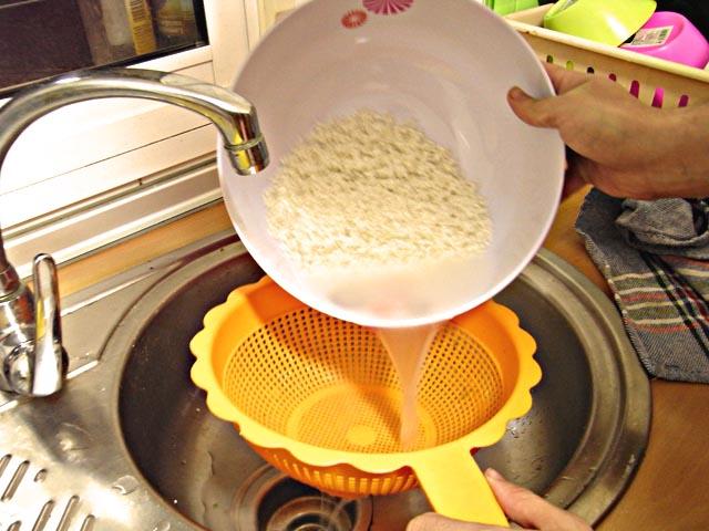 lavar el arroz