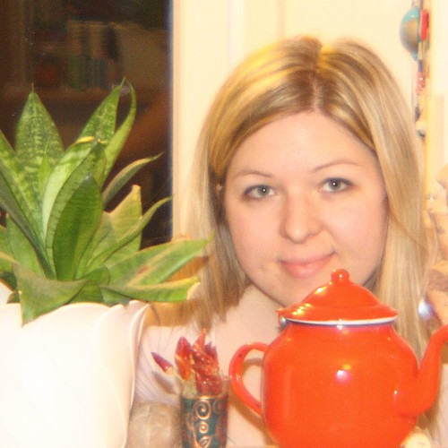 Nicoline with plant and teapot