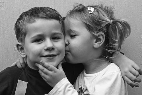 無料写真素材, 人物, 子供  女の子, 子供  男の子, カップル, キス・くちづけ, モノクロ, イギリス人