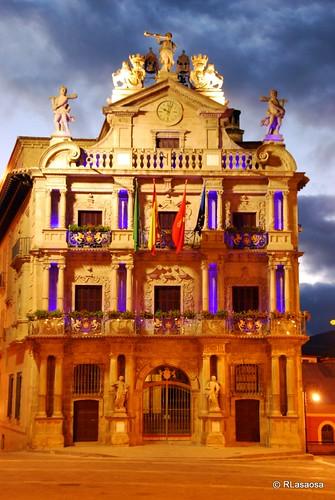 Espectacular iluminación del Ayuntamiento de Pamplona,